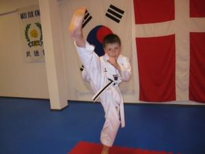 For 9 årige Daniel Bravkov er det en smal sag at sparke i høj sektion